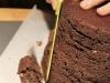 Impilare i dischi alternando torta e ganache al cioccolato e livellare i contorni della torta.