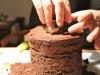 Con un coppapasta leggermente più grande del diametro della candela praticare un foro sulla sommità della torta.